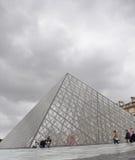 Pirámide del museo de la lumbrera en París Francia fotografía de archivo