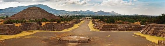 Pirámide del Sun y el camino de la muerte en Teotihuacan Imagen de archivo libre de regalías