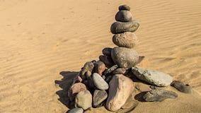 Pirámide del zen de la roca de piedras coloridas Concepto de balanza, de armonía y de meditación almacen de metraje de vídeo