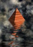 Pirámide en agua Fotos de archivo