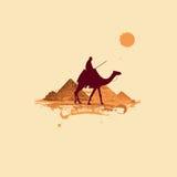 Pirámide en el desierto, viajando