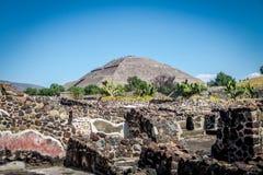 Pirámide en las ruinas de Teotihuacan - Ciudad de México, México de The Sun Imágenes de archivo libres de regalías