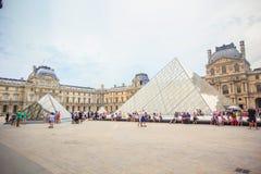 Pirámide en museo del Louvre fotos de archivo