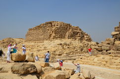 Pirámide en polvo de la arena debajo de las nubes grises imagen de archivo