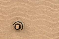 Pirámide hecha de las piedras que se colocan en las dunas, como fondo Imagen de archivo libre de regalías