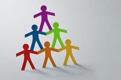 Pirámide humana de la gente de papel colorida del recorte en el fondo blanco - concepto de trabajo en equipo y de diversidad imágenes de archivo libres de regalías