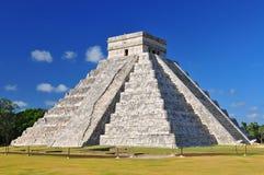 Pirámide maya de Kukulcan en Chichen Itza, México foto de archivo