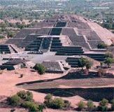 Pirámide mexicana en lejos Fotos de archivo libres de regalías