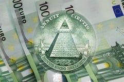 Pirámide, ojo de la providencia sobre 100 billetes de banco de los euros Macro Imagen de archivo libre de regalías