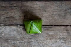 Pirámide rellena de la pasta Postre tailandés por Año Nuevo chino en la madera Foto de archivo libre de regalías