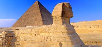 Pirámide situada en Giza y la esfinge. Panorama Foto de archivo libre de regalías