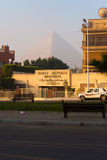 Pirámide vacía de Giza Egipto Cheops de la calina de la niebla con humo Fotografía de archivo