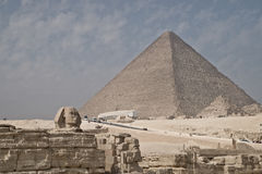 Pirámide y esfinge Fotos de archivo