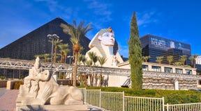 Pirámide y esfinge de Luxor Fotos de archivo libres de regalías