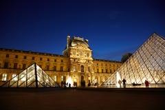 Pirámide y Pavillon Denon de la lumbrera por la tarde fotos de archivo libres de regalías