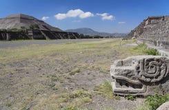 Pirámide y serpiente Plumed Fotos de archivo
