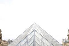 Pirámides de cristal del Louvre - visión simétrica Fotos de archivo