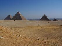 Pirámides de Giza del paisaje del desierto con la ciudad de El Cairo en Distanc Imagen de archivo