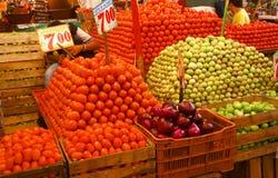 Pirámides de los tomates frescos, mercado de interior, Fotografía de archivo
