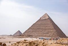 Pirámides egipcias antiguas de Giza contra el cielo azul Foto de archivo