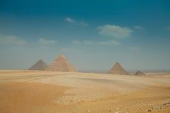 Pirámides egipcias en arenas del amarillo del calor Imagen de archivo libre de regalías
