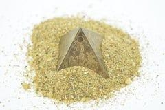 Pirámides egipcias en la arena amarilla Fotos de archivo libres de regalías
