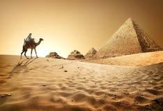 Pirámides en desierto fotos de archivo
