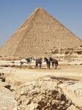 Pirámides en El Cairo Egipto y manguitos Imagen de archivo