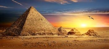 Pirámides en la puesta del sol imagenes de archivo