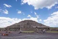 Pirámides México de Teotihuacan con las nubes desiguales perfectas Foto de archivo