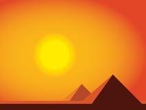 Pirámides planas simples, puesta del sol, desierto