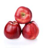 Pirâmide com as três maçãs vermelhas frescas Foto de Stock Royalty Free