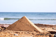 Pirâmide da areia na praia Fotografia de Stock