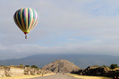 Pirâmide da lua com o balão de ar quente Fotografia de Stock Royalty Free