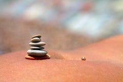 Pirâmide das pedras em seu estômago Imagens de Stock