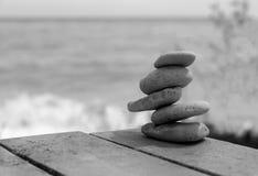A pirâmide das pedras no tom branco/preto no fundo do mar Foto de Stock Royalty Free