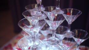 Pirâmide de Champagne para partidos com cerejas Vidros com champanhe e gelo seco sob a forma de uma corrediça Fumo de filme