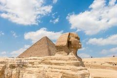 A pirâmide de Khufu e a grande esfinge de Giza com céu bonito fotografia de stock royalty free