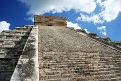 Pirâmide de Kukulkan em Chichen-Itza pelo céu azul Fotografia de Stock Royalty Free