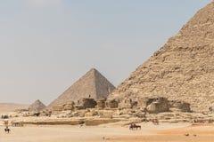 A pirâmide de Menkaure e a pirâmide de Khafre em Giza em Egito imagem de stock royalty free