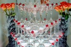 Pirâmide de muitos vidros empilhados do brilho imagens de stock royalty free