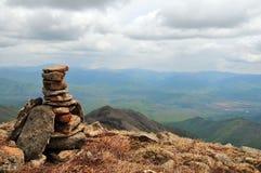 Pirâmide de pedra na parte superior da montanha Foto de Stock