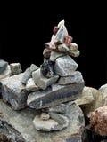 Pirâmide de pedra sobre o preto Imagens de Stock
