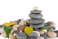A pirâmide de pedras redondas com folhas Foto de Stock Royalty Free