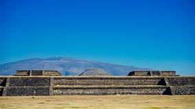 Pirâmide de Teotihuacan na distância fotografia de stock royalty free