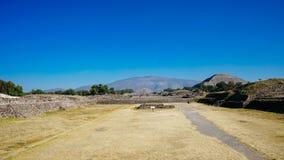 Pirâmide de Teotihuacan na distância imagem de stock