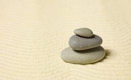 Pirâmide de três pedras na areia Imagens de Stock Royalty Free