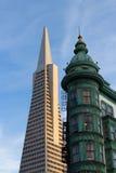 Pirâmide de Transamerica dos ícones de San Francisco e o Columbo Buildi Imagem de Stock Royalty Free
