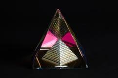 Pirâmide de vidro de brilho no fundo preto Foto de Stock Royalty Free