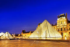 Pirâmide de vidro e o museu do Louvre Foto de Stock Royalty Free